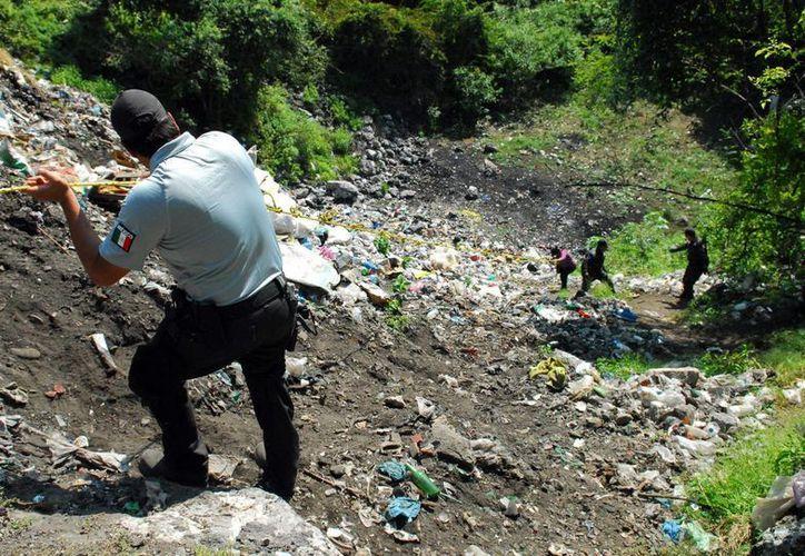 Peritos de la PGR, trabajan en el basurero municipal de Cocula, para tratar de encontrar indicios sobre el caso Ayotzinapa. (Archivo/Notimex)