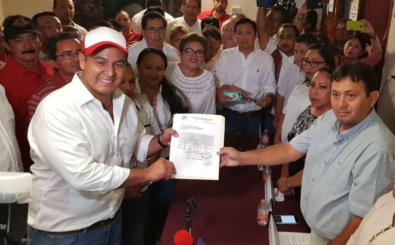 Juan Carrillo Soberanis presentó su registró para la reelección en la presidencia municipal de Isla Mujeres. (Foto: Redacción/SIPSE)