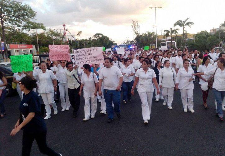 Alrededor de 500 enfermeros marcharon esta tarde en protesta por la reforma laboral. (Sergio Orozco/SIPSE)