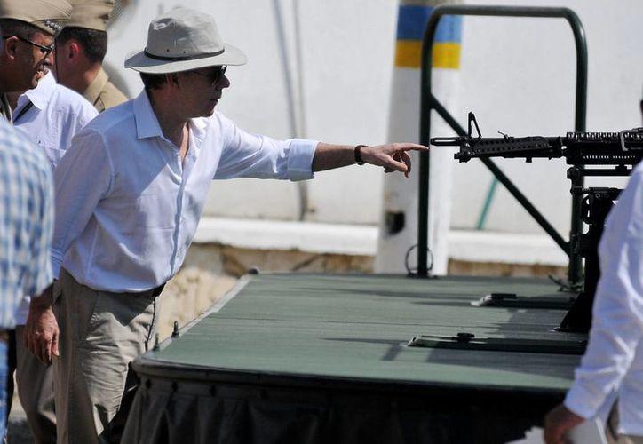 El presidente de Colombia, Juan Manuel Santos, entregó equipos aéreos y fluviales a la Armada Nacional, que se utilizarán para incrementar la ofensiva contra las organizaciones criminales y terroristas. (Notimex)