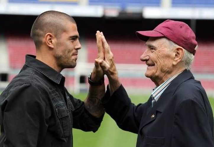 Víctor Valdes, actual portero del Barza, con Ramallets. Dos épocas, dos figuras. (vavel.com)