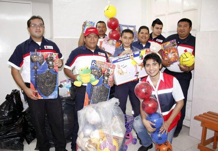 Voluntarios de la Cruz Roja apoyan en la recolección de juguetes. (Theani Ruz/SIPSE)