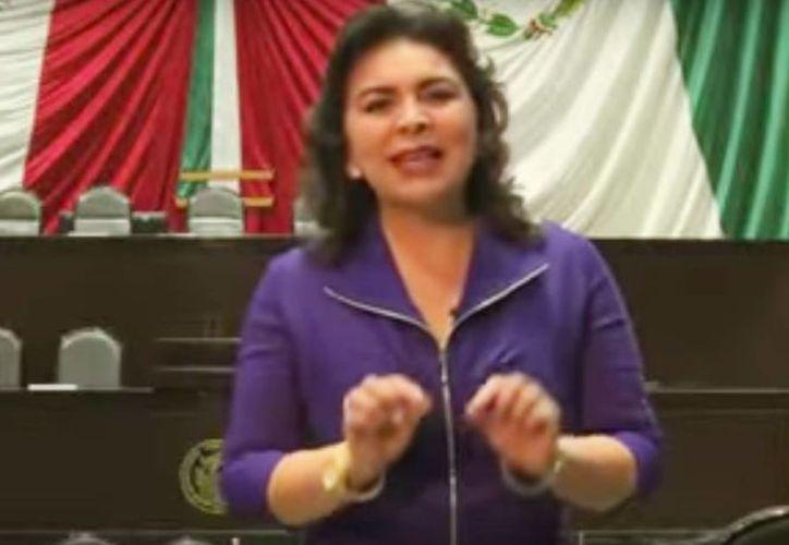 La diputada federal del PRI envió un video donde se compromete a donar la mitad de su sueldo para becas. (Captura de pantalla de YouTube)
