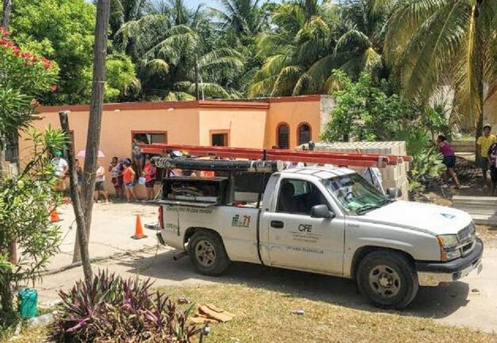 El superintendente de la zona Tizimín de la CFE se comprometió a visitar cuando menos una vez a la semana El Cuyo para verificar los avances que registren los trabajos de mantenimiento. (SIPSE)