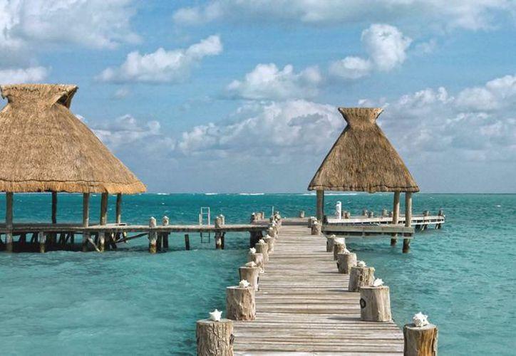 Más del 65% de los visitantes realizan sus reservaciones para Cancún y Riviera Maya a través de los servicios 'on line'. (Foto/Internet)