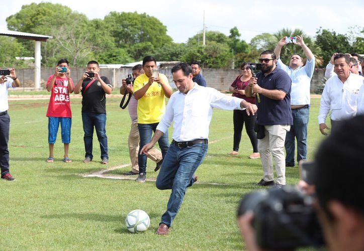 Mauricio Vila Dosal da la patada inaugural. (Foto:Novedades Yucatán)