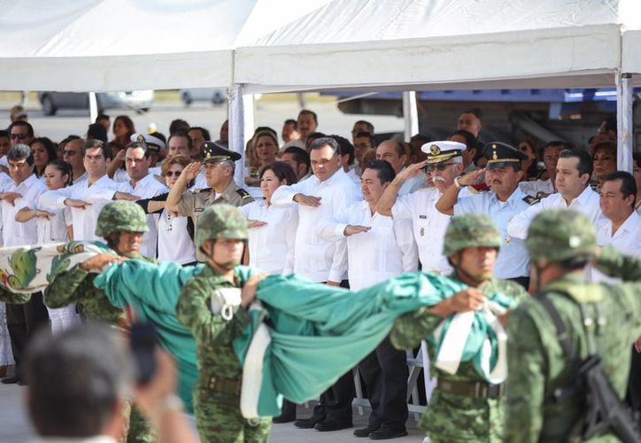 Izan nueva bandera mexicana en el recinto legislativo yucateco. (Foto cortesía del Gobierno de Yucatán)