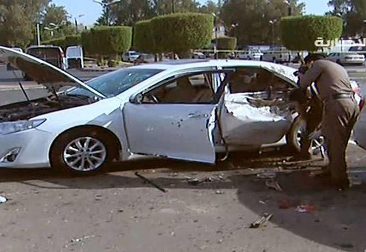 En esta imagen del lunes 4 de julio de 2016 de un video de Al-Ekhbariya, fuerzas de seguridad saudíes investigan una explosión en Jiddah, Arabia Saudí. La explosión cerca de una instalación diplomática estadounidense fue obra de un atacante suicida, dijo el Ministerio del Interior. (Al-Ekhbariya vía AP)