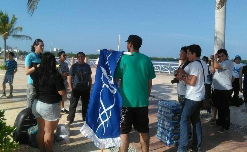 Los integrantes del equipo azul de Pokémon Go organizaron un rally en el Malecón Tajamar. (Selene Hidrogo/SIPSE)