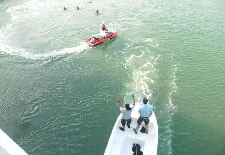 Quince elementos de Protección Civil auxiliados por tres embarcaciones y varias motos acuáticas buscaron de las 16 a las 19 horas de ayer al joven.  Hoy retomarán la búsqueda.  (Redacción/SIPSE)