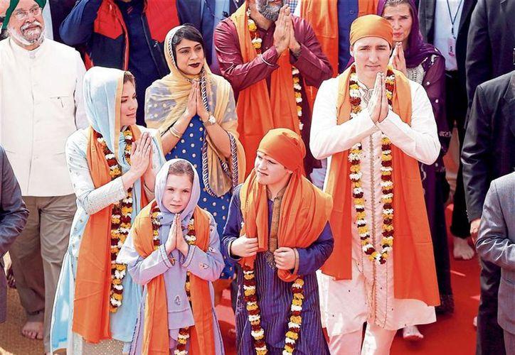 La familia fue criticada por vestirse como para una película de Bollywood. (La Nación)