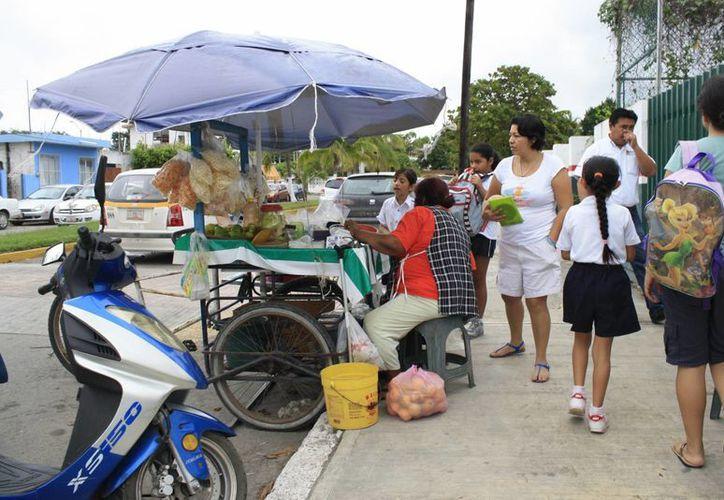 Un promedio de 200 vendedores ambulantes en escuelas serán supervisados por inspectores de Salud. (Harold Alcocer/SIPSE)