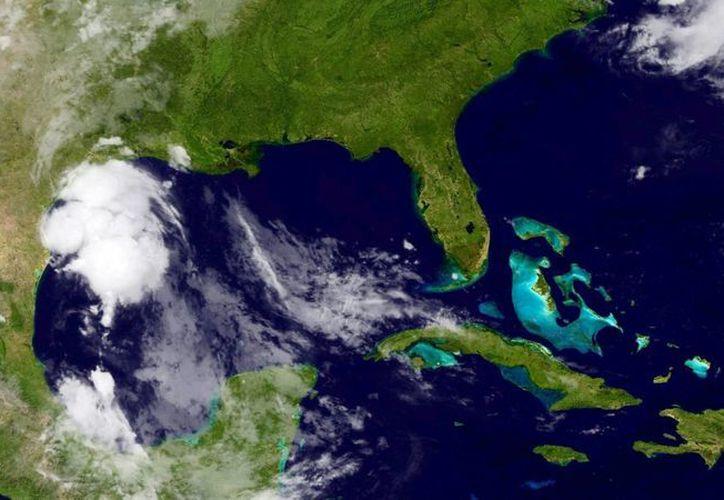 Fotografía tomada por un satélite facilitada por la Administración Nacional de Océanos y Atmósfera de Estados Unidos (NOAA) de la tormenta tropical Bill en el Golfo de México, la costa suroriental del estado de Texas y el suroeste de Luisiana. (EFE/Noaa)