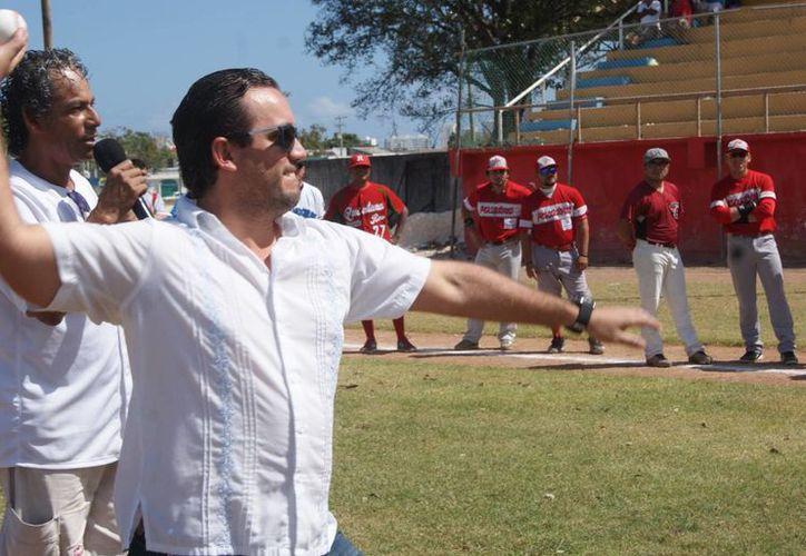 David Martínez González, titular del IMD, realizó el tradicional lanzamiento de la primera bola. (Ángel Villegas/SIPSE)