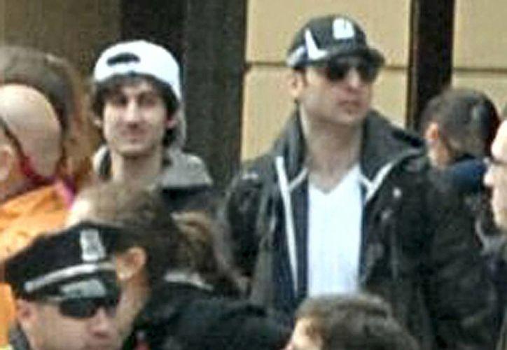 Esta foto difundida por el FBI, muestra juntos a los dos sospechosos de los ataques al maratón de Boston en medio de la multitud que presenciaba la competencia el pasado lunes. (Notimex)