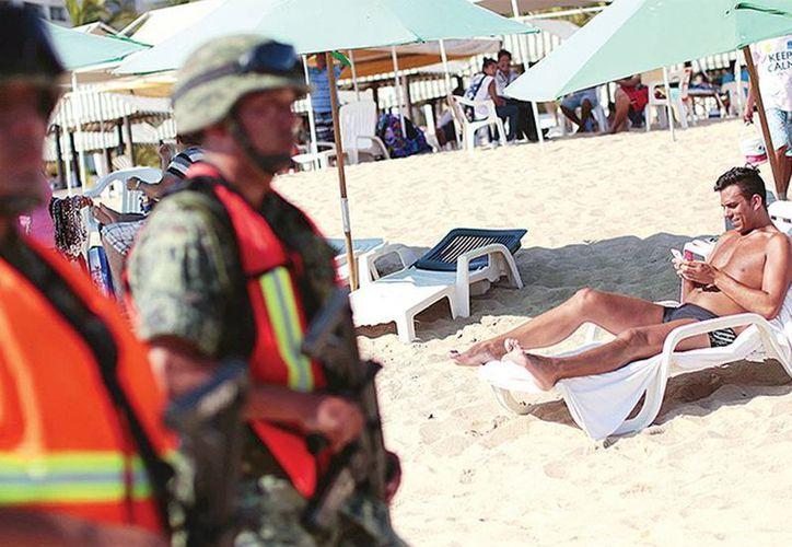 Esta Semana Santa, cerca de cuatro mil 500 efectivos de seguridad, recorren playas, zona turística y colonias populares de Acapulco, Guerrero. (Excelsior)