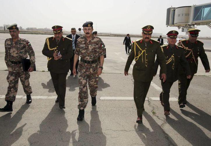 El jefe de las fuerzas armadas jordanas, Mashal al-Zaben, visitó Irak para ofrecer el apoyo de su país al combate de las 'bandas terroristas' que asolan el país. (AP)