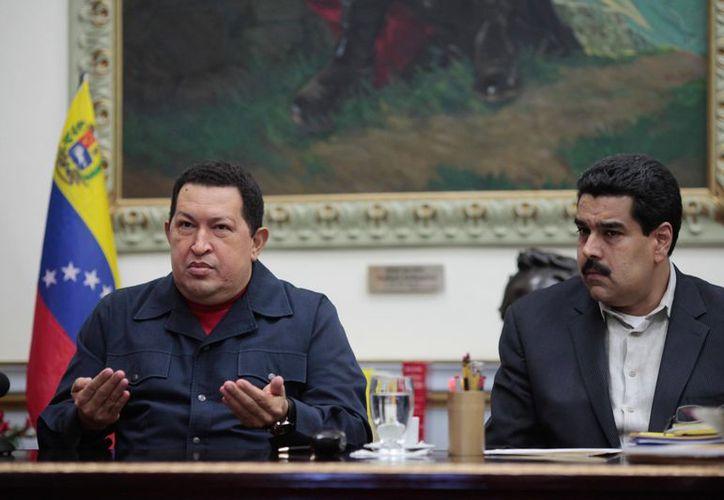 El presidente Chávez con Nicolás Maduro durante un evento televisado el 8 de diciembre. (Agencias)