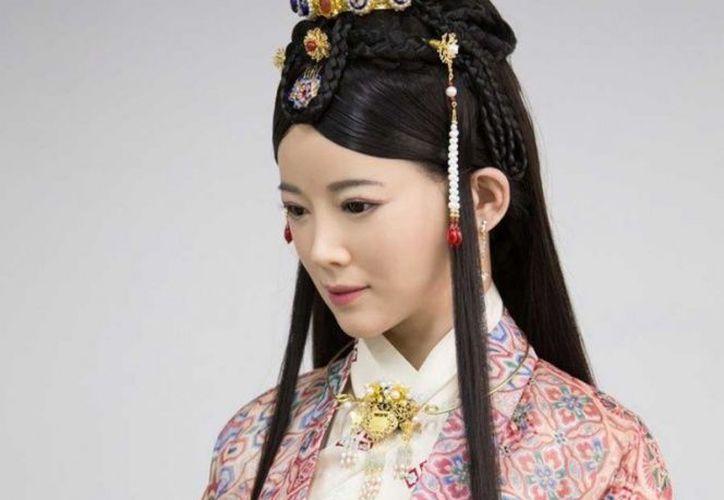 En su entrevista, Jia Jia iba vestida con un vestido tradicional chino y llevaba un cabello lacio y bien peinado. (Foto: Twitter/PDChina)