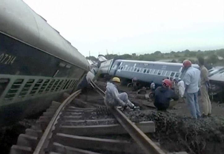 En esta imagen captada de un video, se ven los dos trenes descarrilados en Harda. (Agencias)