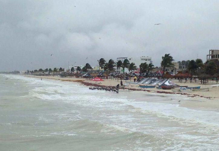 Progreso amaneció con mal tiempo, desde temprano la lluvia estuvo presente en la costa. El mar está picado y registra marejada. (Milenio Novedades)