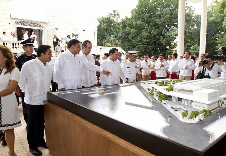 Imagen del gobernador Rolando Zapata Bello al mostrar la maqueta del proyecto del nuevo Centro Internacional de Congresos de Yucatán. (Milenio Novedades)