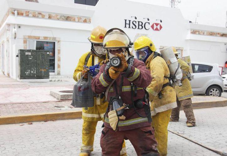 Cuerpos de emergencia acudieron a una sucursal bancaria ante una supuesta amenaza de bomba. (Redacción/SIPSE)