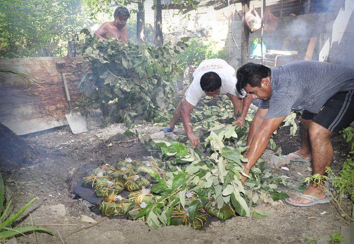 En la receta original, la cocción del pib se realiza debajo de tierra caliente (enterrados), es decir, se cava una fosa, se colocan los pibipollos y se cubren con hojas de plátano. (Foto: campeche.com.mx)