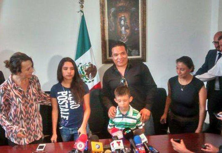 La madre de Alondra dice que su exesposo no cubre la pensión alimenticia de la menor. Imagen de la rueda de prensa al regreso a México de Alondra. (Archivo/Milenio)