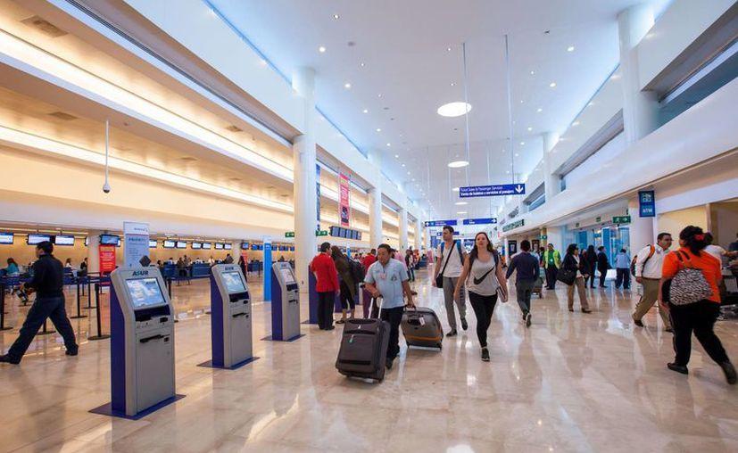 En el Aeropuerto Internacional de Cancún se registra el mayor tráfico de turistas. (Israel Leal/SIPSE)