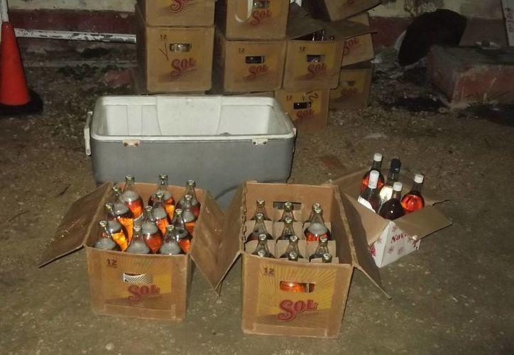 Nevera, cervezas y licor fueron decomisados en una casa de Umán. (Milenio Novedades)