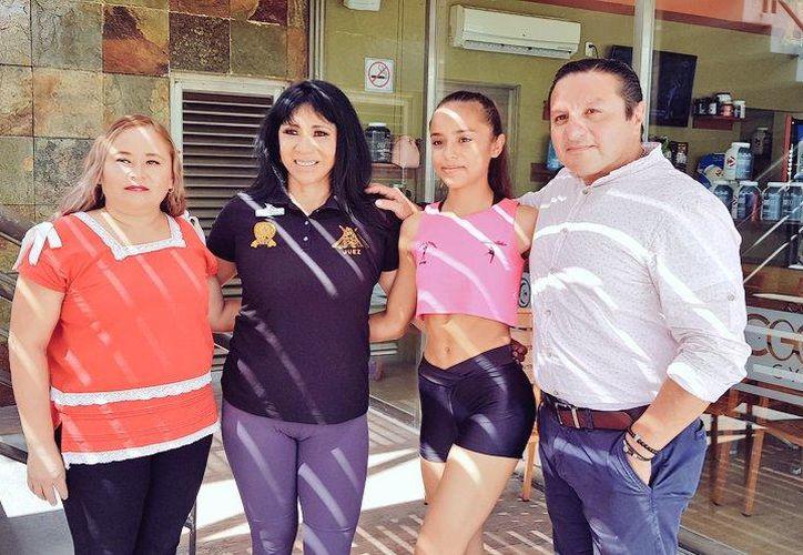 María Teresa Tobillo (tercera de derecha a izquierda) obtuvo su pase a Grecia.(Foto: Novedades Yucatán)