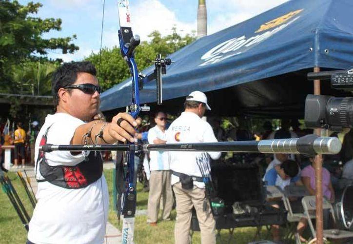 El yucateco Pedro Vivas es hoy uno de los mejores atletas de tiro con arco a nivel nacional. (idey.gob.mx/Foto de archivo)