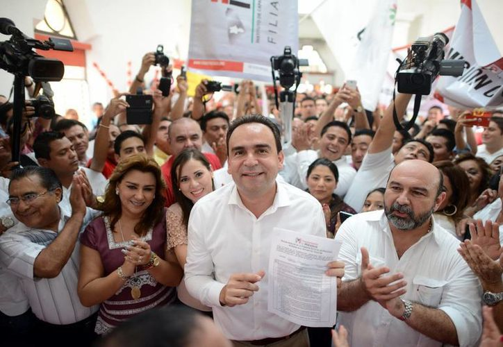 Imagen de Nerio Torres Arcila después de inscribirse como precandidato del PRI a la alcaldía de Mérida. (Milenio Novedades)