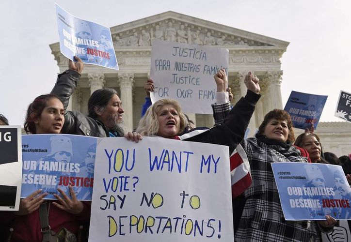 Miembros de la agrupación CASA de Maryland se manifiestan frente a la Corte Suprema en Washington. (Agencias)
