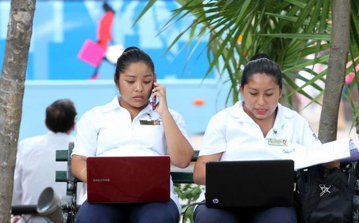 Uno de los requisitos para la maestría en Innovación Pastoral es tener licenciatura. Imagen de dos mujeres conectadas en internet. (Milenio Novedades)