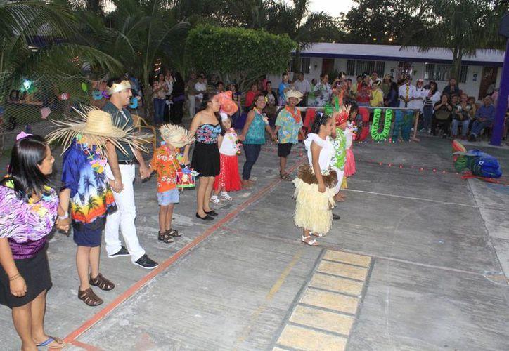 Alegría, antifaces de colores y vestimenta caribeña se vieron en el desfile carnavalesco. (Sergio Orozco/SIPSE)