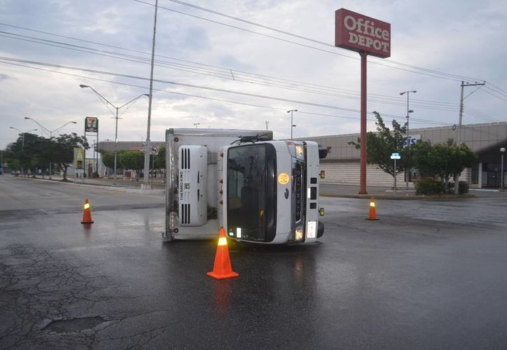 Por tratar de cruzar un semáforo a gran velocidad, un chofer causó la volcadura de un camión de carga en Prolongación de Montejo, Mérida. (Carlos Navarrete/Milenio Novedades)