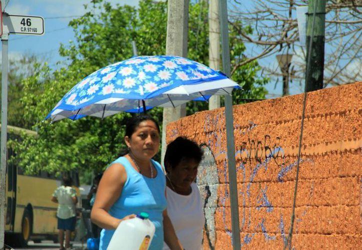 Conagua recomienda a la población evitar exponerse al sol entre las 12:00 y las 16:00 horas y mantenerse bien hidratada. (José Acosta/SIPSE)