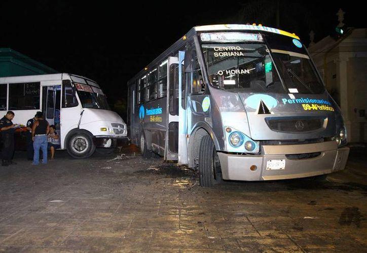 Autobuses urbanos chocaron en el Centro de Mérida porque supuestamente los dos tenían 'verde' en un cruce de semáforo. (Martín González/SIPSE)