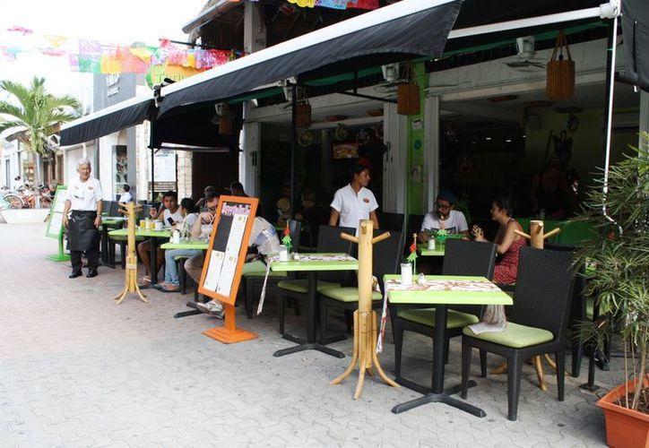 Continúa la afluencia de visitantes a lo largo de la Quinta Avenida. (Yenny Gaona/SIPSE)