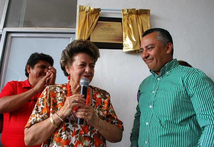 María Sangri Aguilar y el alcalde Carlos Mario Villanueva Tenorio, en la develación de la placa conmemorativa. (Redacción/SIPSE)