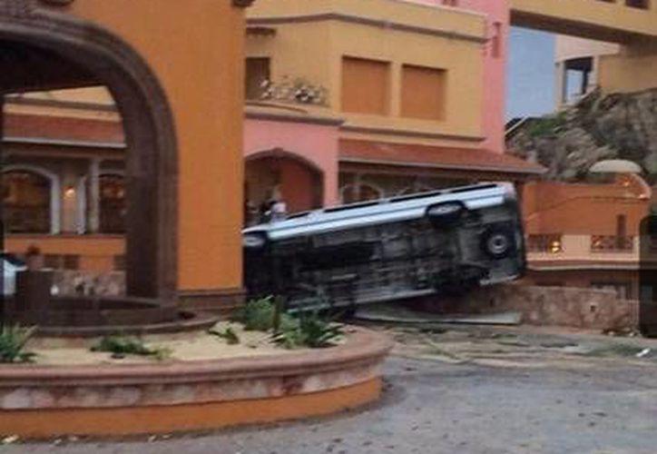 Pese a que 'Odile' se debilita cada vez más, ha dejado incluso autos volcados en algunas zonas de Baja California Sur. (excelsior.com.mx)
