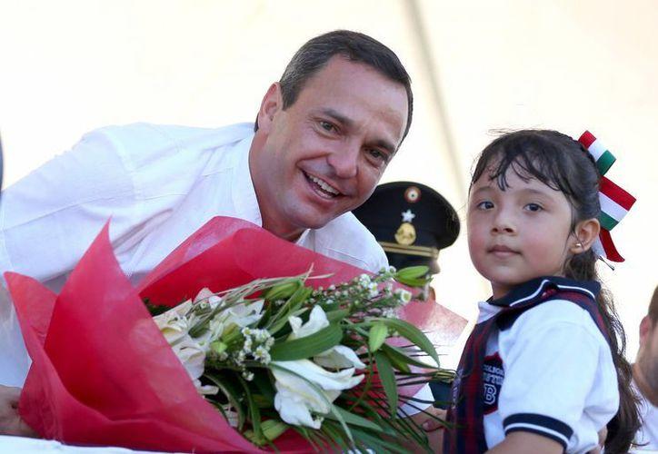 Paul Carrillo de Cáceres, presenció el desarrollo del colorido desfile. (Redacción/SIPSE)