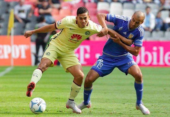 Héctor Mancilla reapareció con Tigres y fue clave al anotar dos de los tres goles de los felinos. En la foto, el americanista Andrés Andrade disputa el balón contra Guido Pizarro. (Notimex)