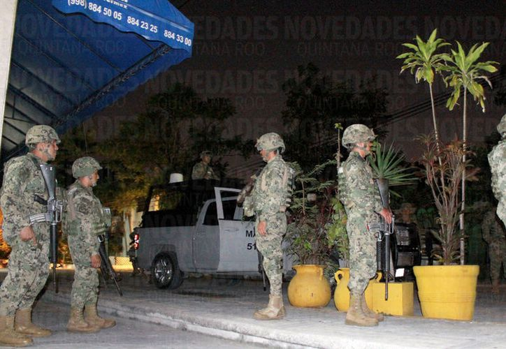Los clientes afectados organizaron una manifestación y bloqueo de la avenida Cobá, por lo que arribaron elementos de la Marina. (Foto: Israel Leal)