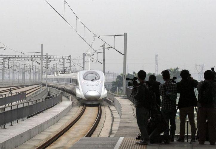 El tren une la capital china con la ciudad más próspera del sur, Cantón. (EFE)