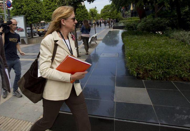 La infanta Cristina a la salida de su trabajo en la central barcelonesa de La Caixa.(Archivo/EFE)
