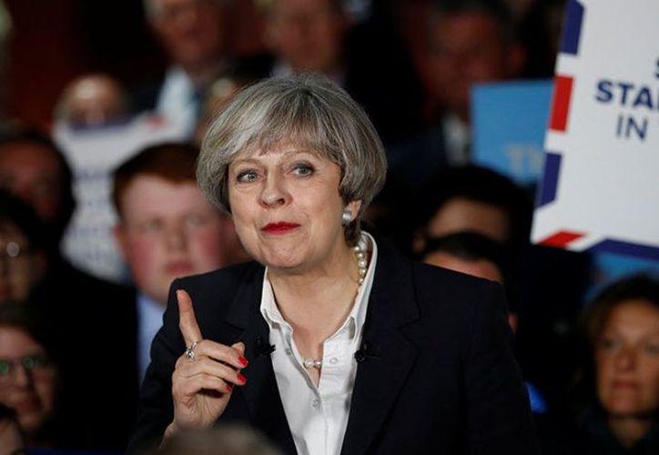 Todas las encuestadoras británicas proyectan que May ganará la mayoría de los escaños en la elección del jueves. (Foto: Excélsior)