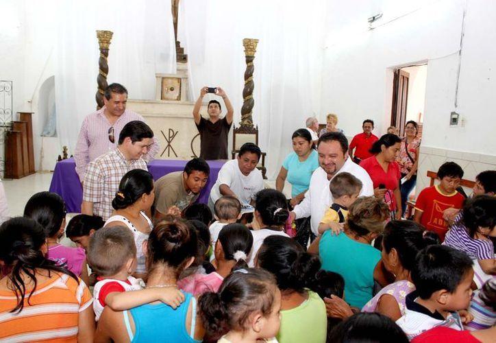 En la capilla de la comisaría de Nolo, y en la hacienda Santa Cruz, municipio de Tixkokob, se entregaron juguetes a decenas de niños. (Cortesía)